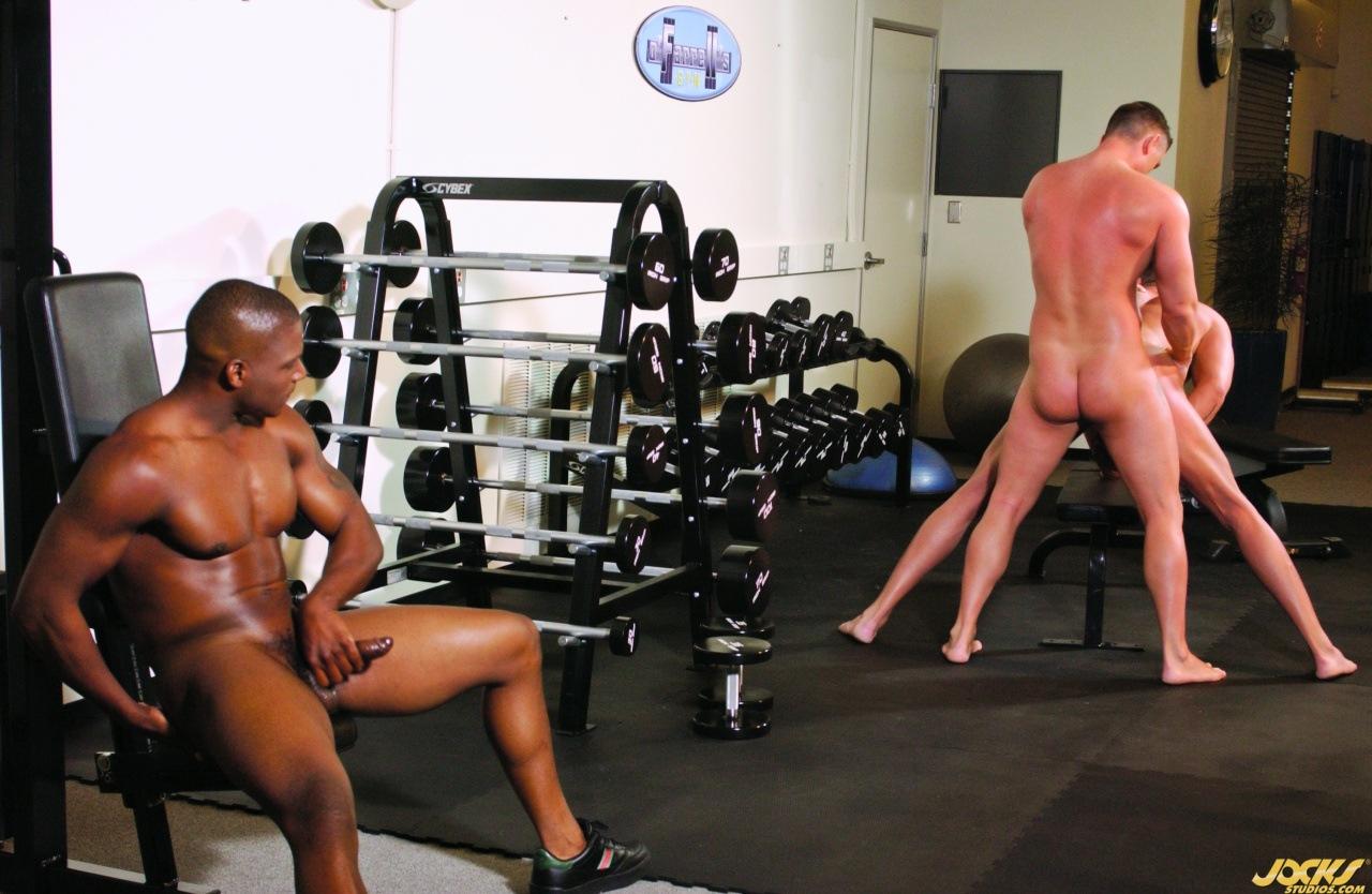 порно геев спортсменов в спортзале